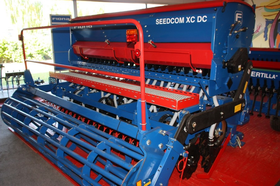 Fiona Seedcom XC DC, Orion XR 3.0, SN: H0005305. Seed drill mounted on harrow. Tube crumbler ...