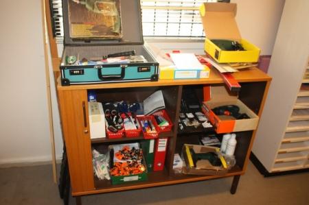 Reol med rullefront med indhold: diverse værktøj, kontormateriel med videre