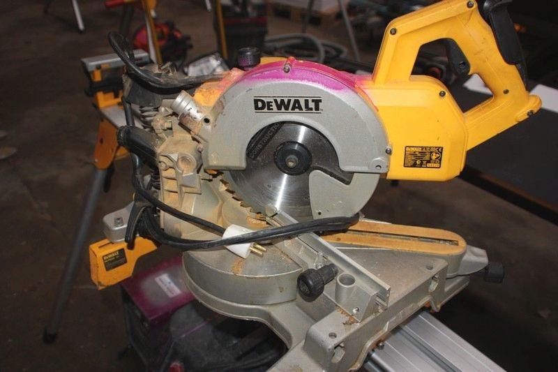 Kap-geringssav med udtræk, DeWalt DW777 + stativ, DeWalt DE7025-XJ - KJ Auktion - Maskinauktioner