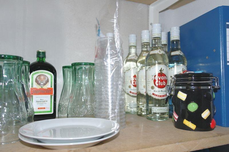 Indhold på hylde div. flasker med spiritus med videre - KJ Auktion - Maskinauktioner