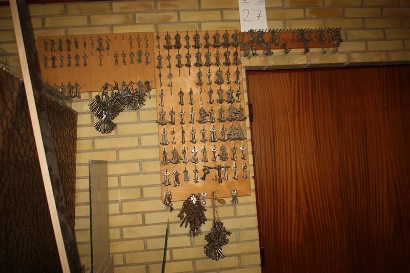 Komplet sæt rex nøgler på væg (for indvendige døre) - KJ Auktion - Maskinauktioner
