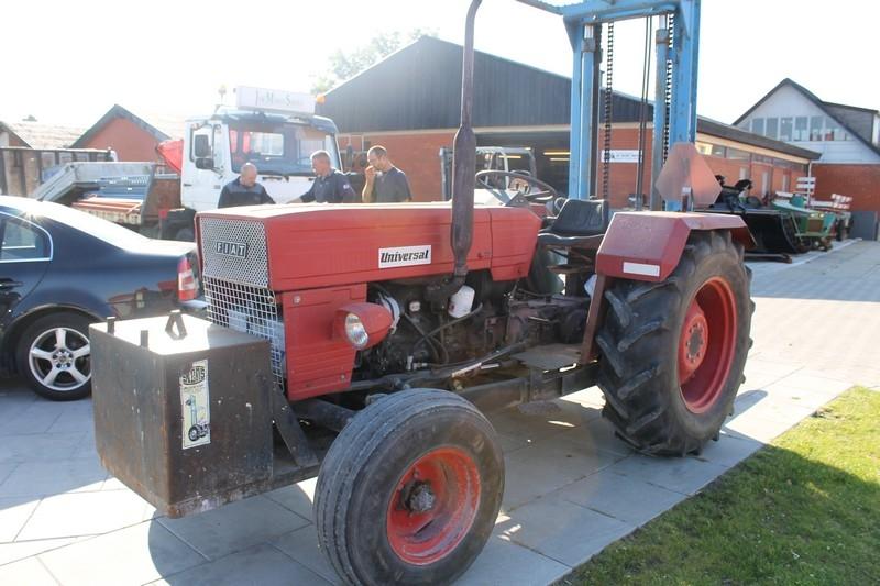 Traktor med byggelift og hydraulikudtag. Fiat Universal. Frontvægt. Gode dæk. Bemærk: kun 441 ...