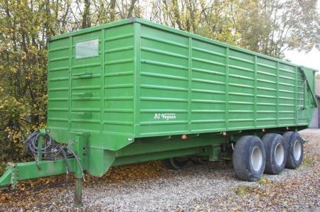 Landbrugsvogn med tiplad. BS Vognen. 3-akslet med drej på bagerste hjulpar. Årgang 2011. Hydraulisk affjedring. Presenningtop