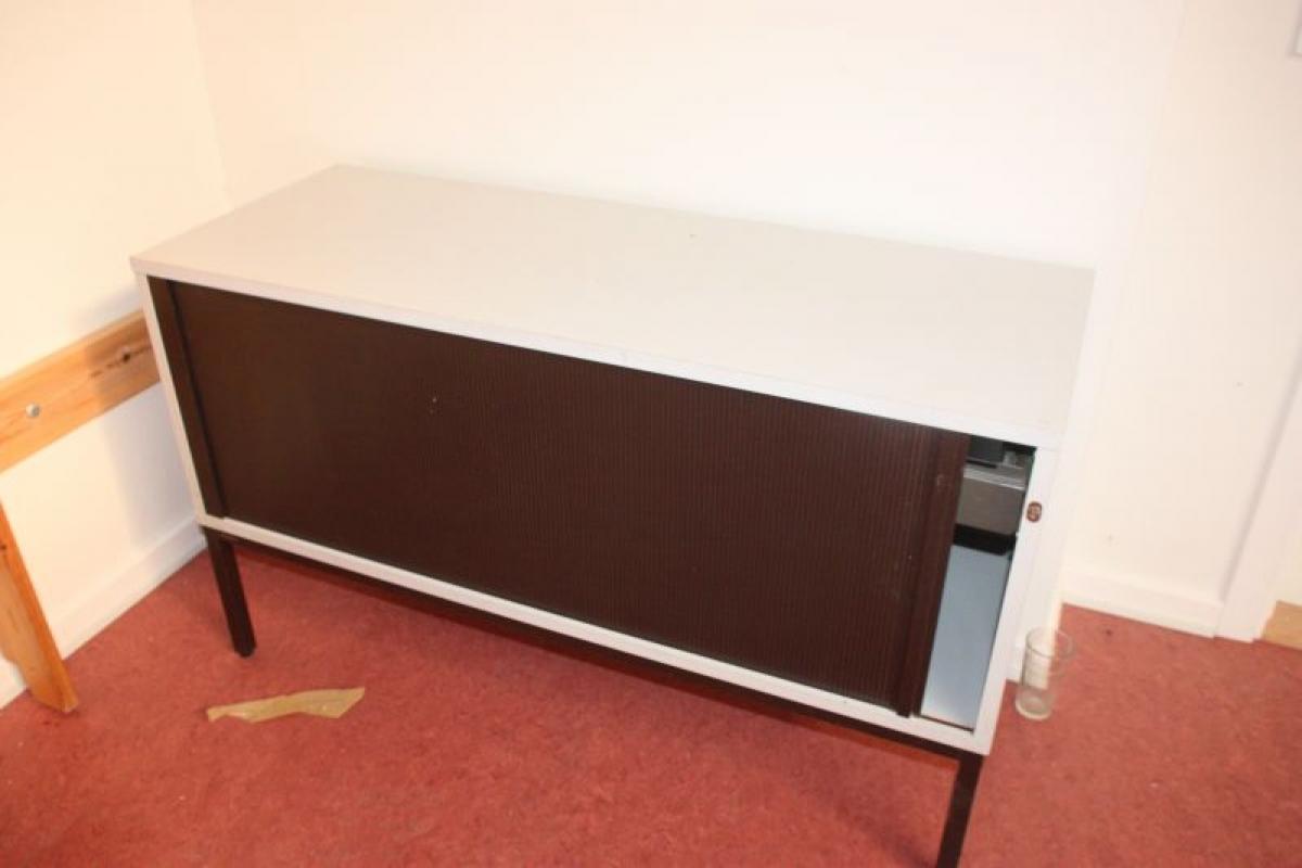 Büromöbel bestående der Winkeltisch + Schublade + 2 x niedrige ...