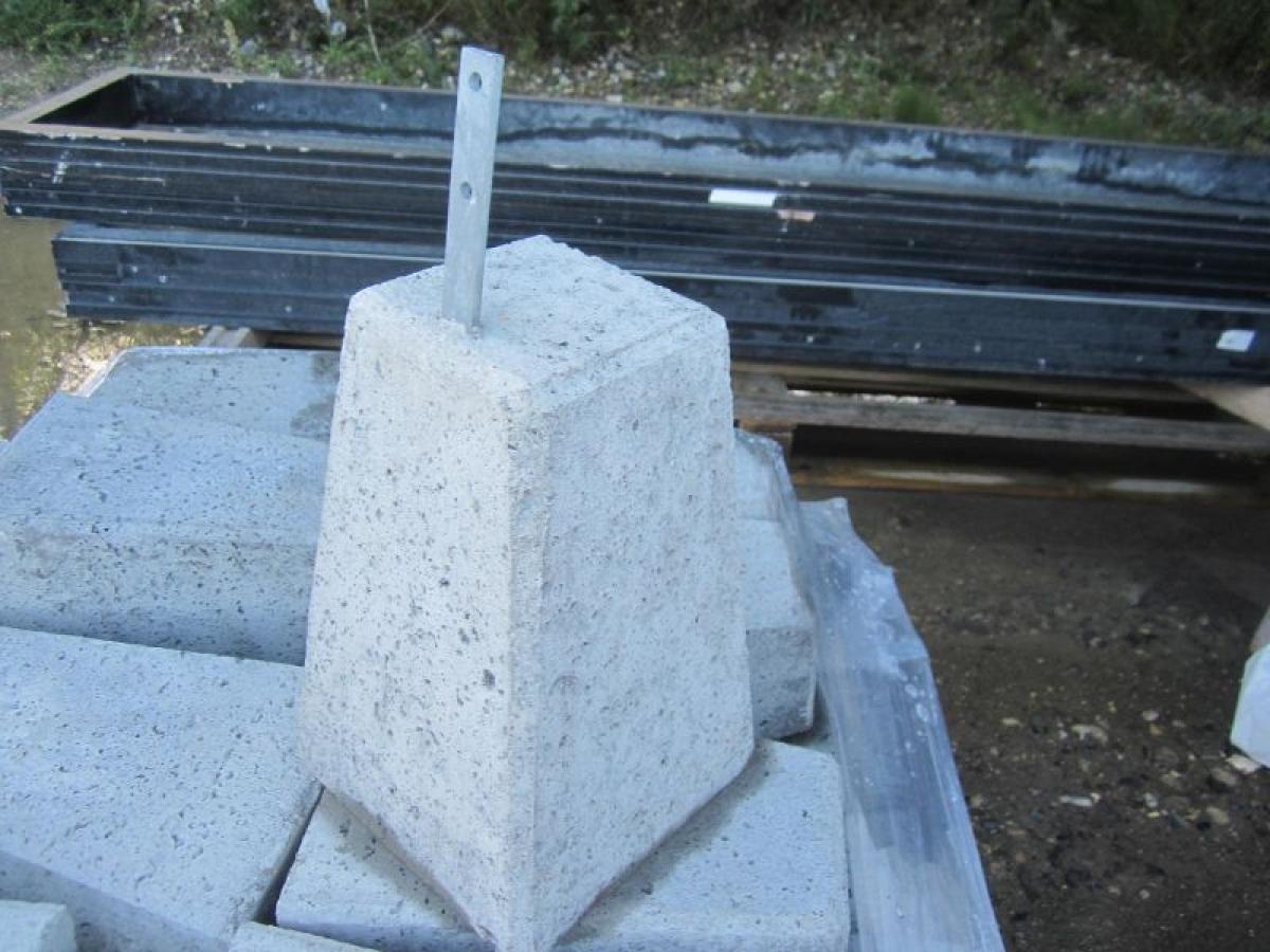13 stk betonklodser med galvaniseret beslag, til nedgravning, 20 23×20 13×30 cm (arkivfoto) KJ
