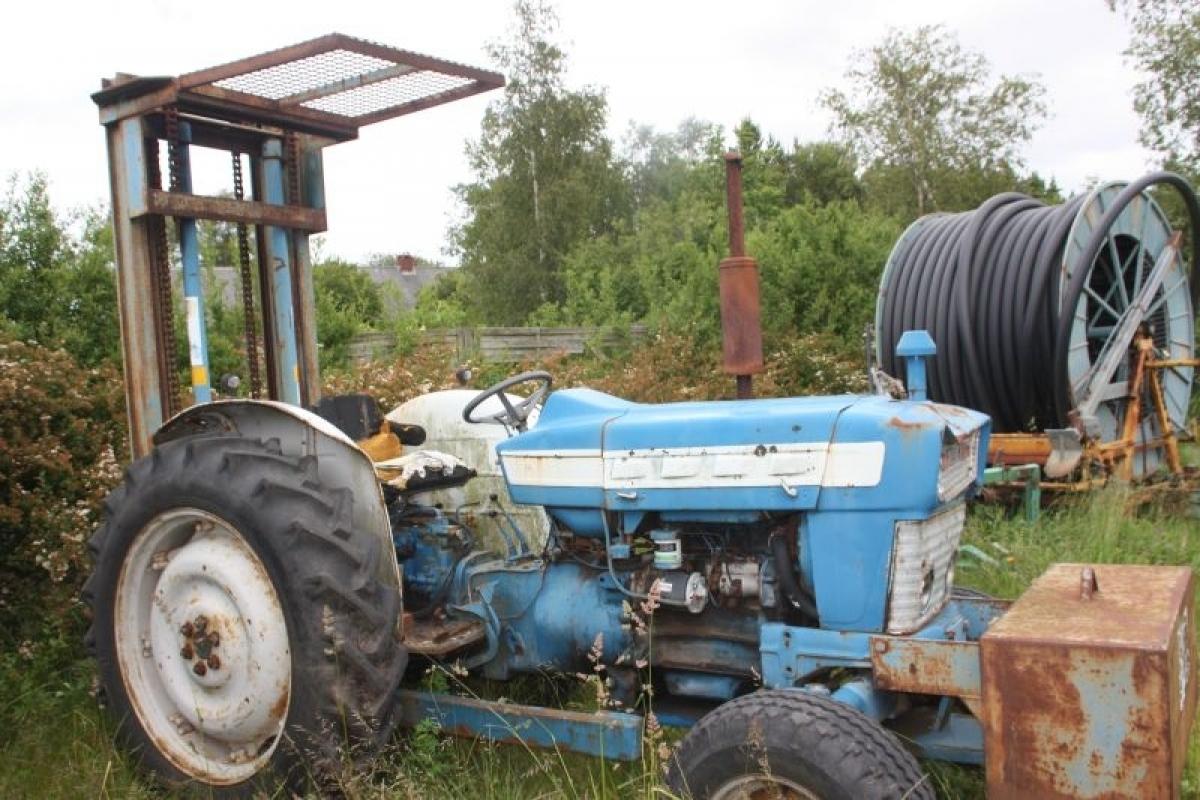 Traktor, Ford, med byggelift og frontvægt. Type og timetal ukendt. Kapacitet ukendt - KJ Auktion ...