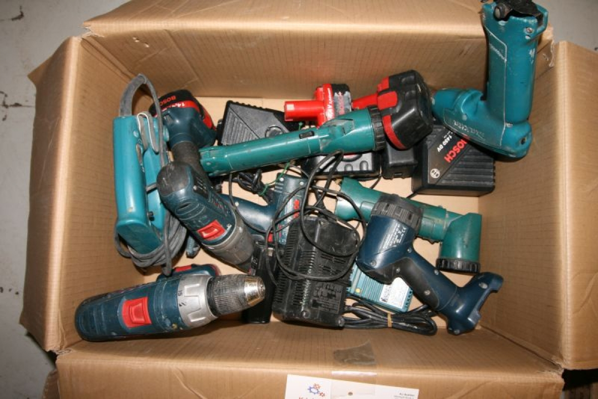 Kasse med diverse el/akku værktøj, hovedsagelig Bosch, makita alle maskiner,ladere,lygter og ...