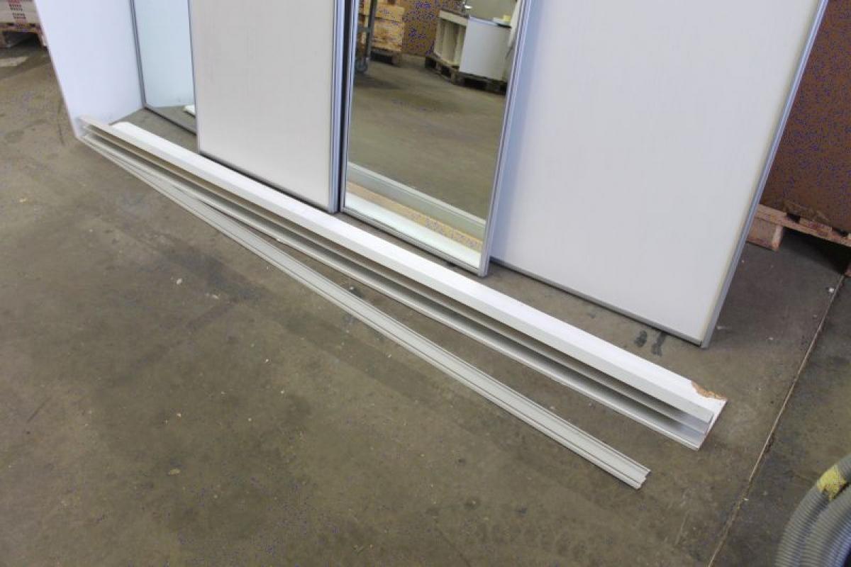 skinner til skydelåger Skydelåger. 2 x spejl. 1 stk. hvid. Højde ca. 230 x bredde ca. 267  skinner til skydelåger