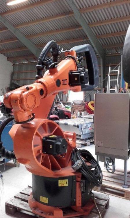 Kuka robot, type KR 200/2, serie nr  779798, årgang 2000 egenvægt 975/1120 kg, har været anvendt i et ompakningsanlæg