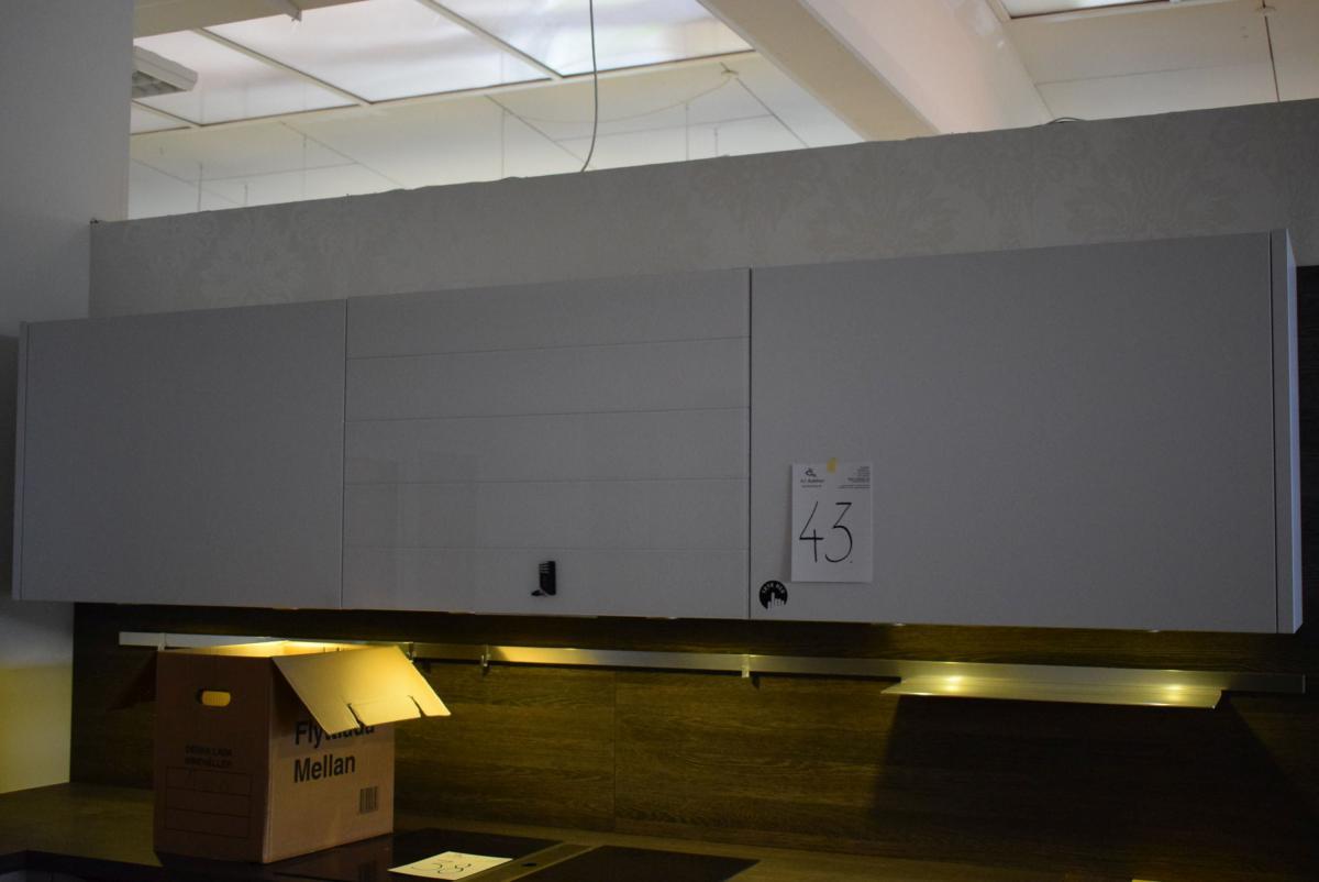 Drei Absätze. 90 cm, Wandschränke in der Farbe Polarweiß und in Weiß ...