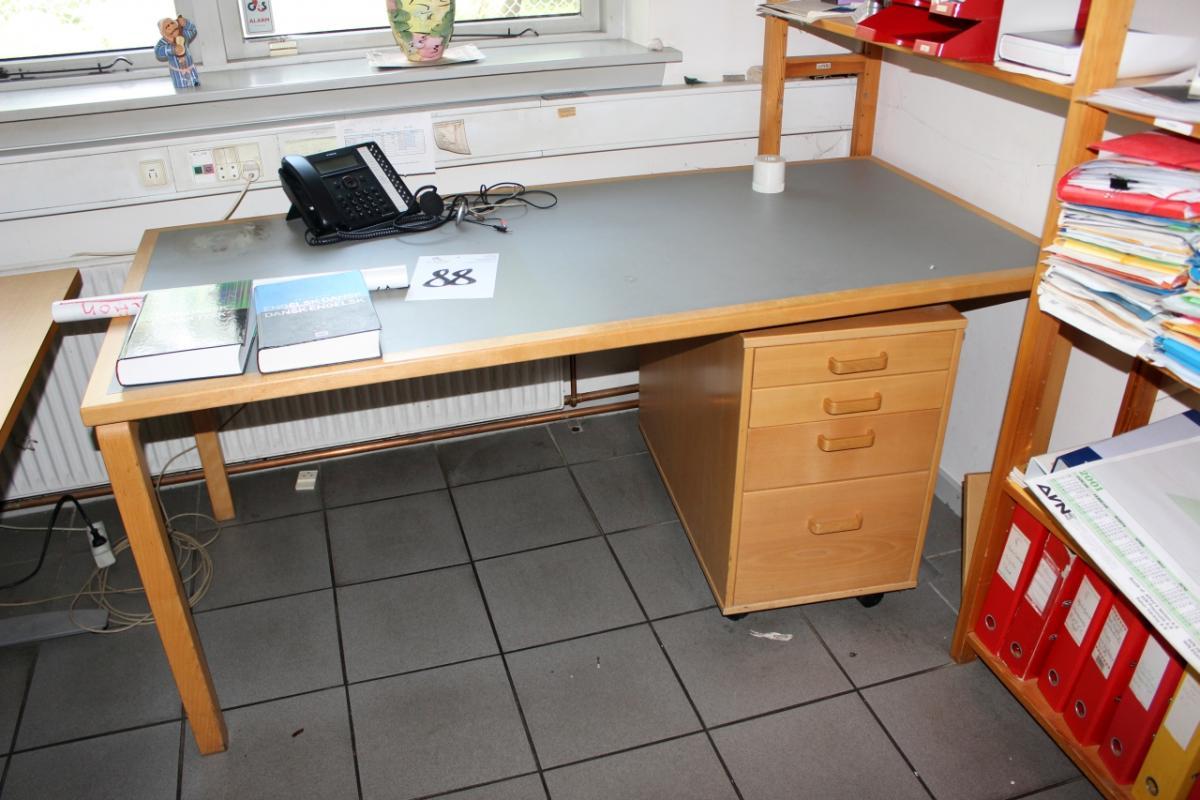 Skrivebord + skuffesektion + reol + lille bord - KJ Auktion ...