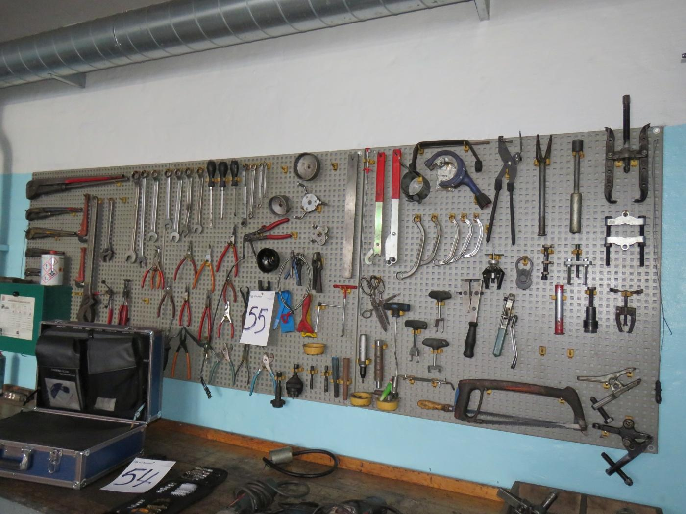 værktøjstavle Værktøjstavle med værktøj. 3 fag á 95x95 cm.   KJ Auktion  værktøjstavle