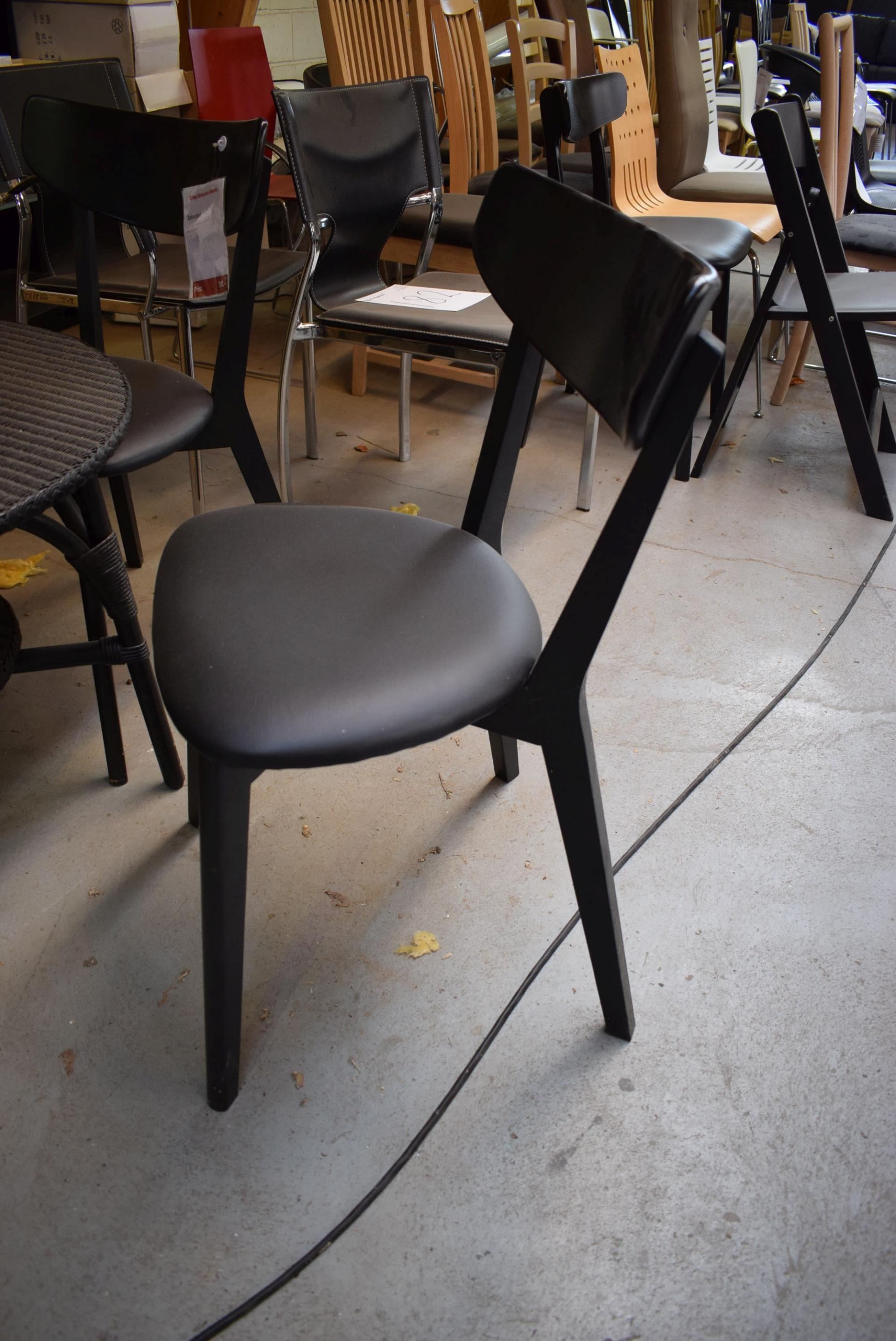 runder tisch mit drei st hlen kj auktion maschinen. Black Bedroom Furniture Sets. Home Design Ideas