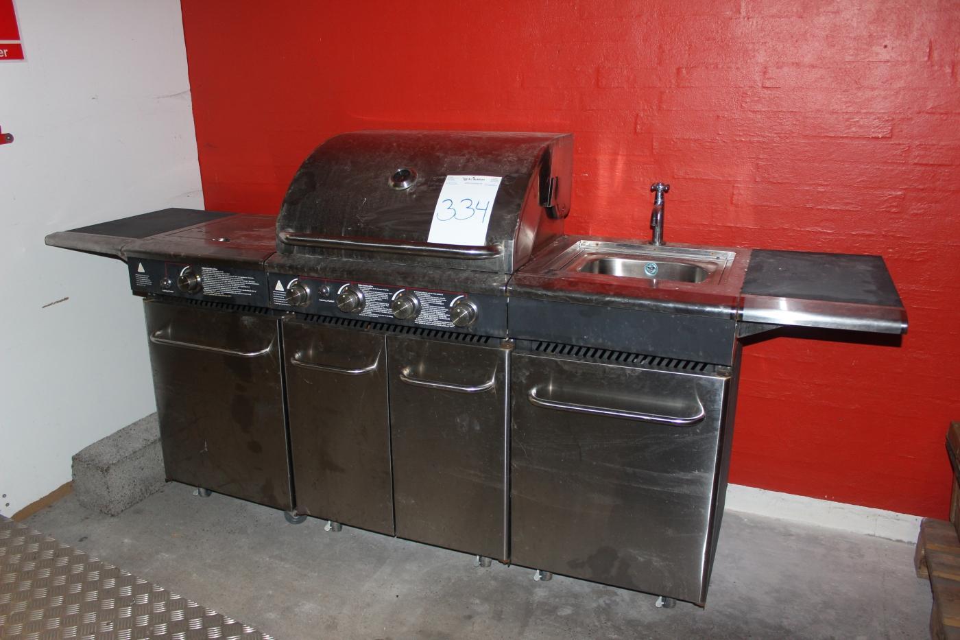 Gasgrill Für Außenküche : Zubereitung eines gesunden sommer menüs in einer außenküche mit