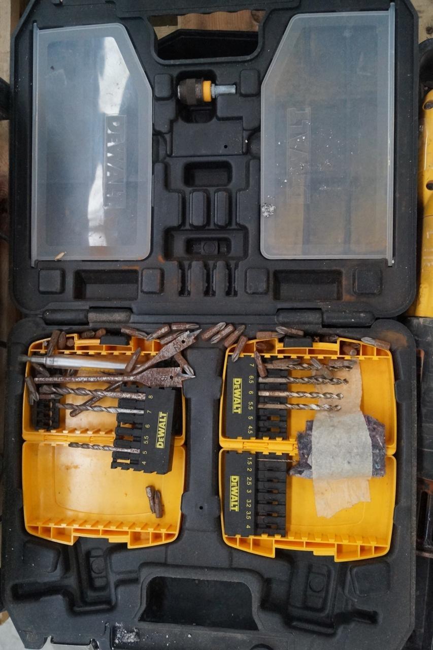 Dewalt radio, bajonetsav, boremaskine + diverse bor - KJ Auktion - Maskinauktioner