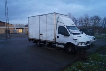 Iveco lastbil med læssebagsmæk. T:3500. L:700. KM: 292274. Starter og kører. Reg. Nr.: AW75846