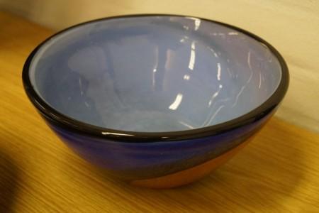 Håndblæst glaskunst. Skål. Signeret. Model: 220617 Højde: ca. 11 cm. Diameter: ca. 24 cm.