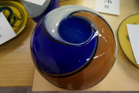 Håndblæst glaskunst. Vase. Signeret. Diameter: ca. 30 cm. Højde: ca. 26 cm.