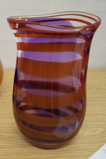 Håndblæst glaskunst. Vase. Signeret. Model 910532. Højde: ca. 35 cm. Diameter: ca. 22 cm.