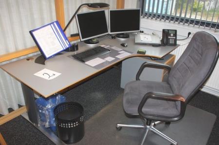 El Hæve/sænke skrivebord + kontorstol + skuffesektion + 2 reoler + jalousiskab + 2 gæstestole + skab + stumtjener. Alt uden indhold. PC og Tlf. medfølger ikke.