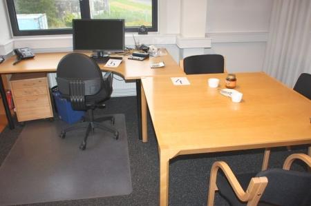 Skrivebord + kontorstol + skuffesektion + bord med 3 gæstestole + 2 reoler + jalousiskab + ur på væg. Alt uden indhold. PC og tlf. medfølger ikke.