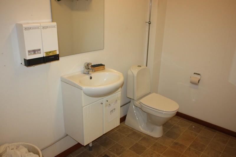 Radiator Voor Toilet : Everything in the room toilet sink paper dispenser soap